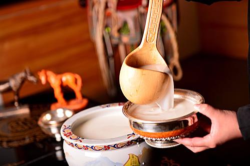 Mùa thu, gia súc bắt đầu sản xuất sữa trở lại và loại trà sữa được ưa thích nhất vào thời điểm này chính là Airag (Sữa ngựa lên men). Loại đồ uống này có lượng protein và vitamin rất cao. Việc chế biến cũng rất phức tạp, để làm nên một lượng Ariag cho cả gia đình, người Mông Cổ phải sử dụng sữa của 10 con ngựa cái, hàng ngày phải lắc đều 1.000 lần để sữa không quá đặc, cũng không quá lỏng. Ảnh: Discover Mongolia Travel