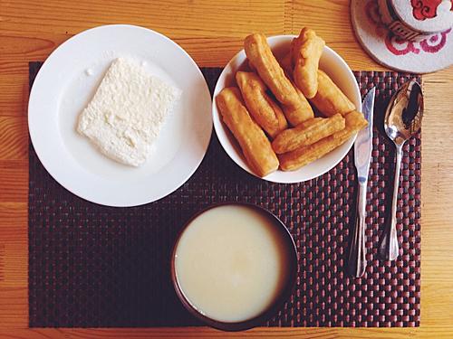 Đông đến, người dân Mông Cổ sẽ sử dụng trà sữa mặn, một loại thức uống nóng hổi, béo ngậy và cực kỳ thích hợp trong thời tiết giá lạnh. Ảnh: Ublife.