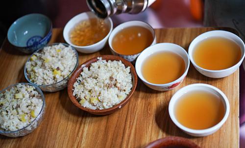 Mùa xuân, khi gia súc không còn nhiều sữa, trà đen thịnh hành nhất. Món trà này có thể được hiểu đơn giản là trà sữa không có sữa, mang đến một hương vị thanh hơncho món trà sữa nguyên bản béo ngậy. Ảnh:Eat Drink KL.