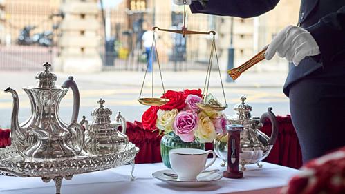 Mỗi ấm trà sẽ được nhân viên khách sạn dùng cân để đong chính xác từng lạng trà. Ảnh: CNN.
