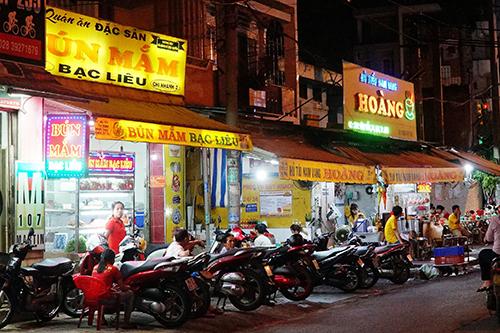 Các quán ăn trên đường Vĩnh Viễn khá đa dạng.