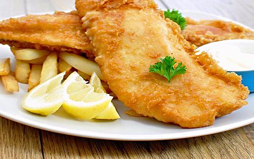 Cá và khoai tây chiên là một món ăn nóng có nguồn gốc từ Anh bao gồm cá được tẩm bột chiên và được kèm với khoai tây chiên. Nó là một loại thức ăn mang đi phổ biến ở Vương quốc Anh. Fish and chips xuất hiện lần đầu tiên ở Anh vào những năm 1860. Đến năm 1910, có hơn 25.000 cửa hàng bán cá và khoai tây chiên trên khắp Vương quốc Anh. Ngày nay món ăn nhanh này có mặt hầu như khắp thế giới với những cách biến tấu khác nhau nhưng fish and chips vẫn được xem là bữa ăn chính ở nhiều quốc gia, đặc biệt là ở các nước sử dụng Anh ngữ.