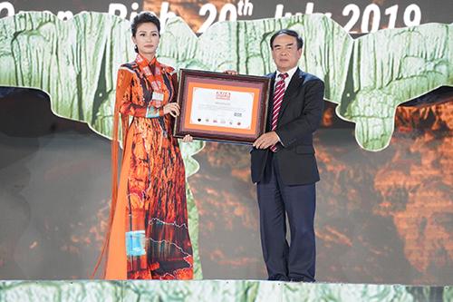Tổ chức kỷ lục châu Á trao bằng chứng nhận kỷ lục của hang Thiên Đường. Ảnh: Quang Hà