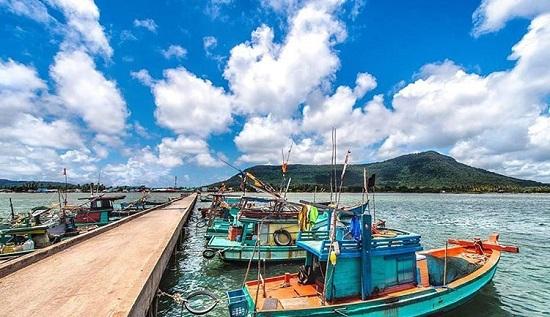 Sau đó, hãy thết đãi mình bằng một bữa trưa ngon miệng tại một trong những nhà hàng địa phương ở làng chài Hàm Ninh, một làng chài nhỏ, lâu đời tại Phú Quốc, nổi tiếng vì những loại hải sản tươi ngon.
