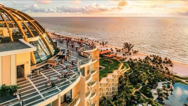 Chiều xuống là khoảng thời gian tuyệt vời để khám phá hoàng hôn màu nhiệm ở Bãi Trường, Phú Quốc. Ghé thăm quán bar cao nhất đảo Ngọc, INK 360 nằm trên tầng cao 19 của tòa Sky Tower trong khu nghỉ dưỡng Inter Continental Phu Quoc Long Beach, nhấm nháp vài ly cocktail độc đáo như Coral Muse mang hình ảnh nhẹ nhàng của một đóa san hô hay Top Deck với vị chua cay và nồng mạnh mẽ như một lời mời gọi cùng khám phá hòn đảo quyến rũ này.