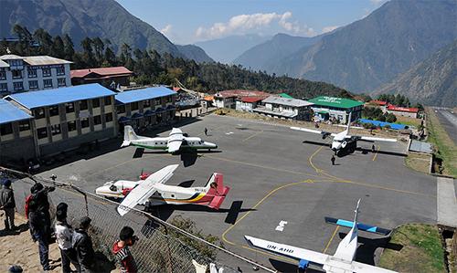 Sân bay  thị trấn Lukla, Khumbu, huyện Solukhumbu, đông Nepal. Đây cũng là nơi gần nhất để du khách bắt đầu hành trình leo núi, chinh phục Everest Base Camp.