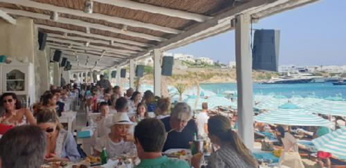 Các nhà hàng ở Mykonos luôn đông thực khách trong những tháng cao điểm.