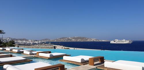 Bắt đầu thu hút khách du lịch từ cuối những năm 50, Mykonos đã nhanh chóng trở thành một trong những thiên đường nghỉ dưỡng cho giới nhà giàu từ khắp nơi trên thế giới.