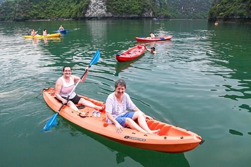 Bà Louise và Lynne không ngớt khen ngợi những trải nghiệm tuyệt vời trên du thuyền thămvịnh Lan Hạ. Ảnh:Era Cruise.