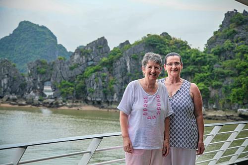 Bà Lynne Ryan (trái) và Louise Ellings trên du thuyền thăm vịnh Lan Hạ. Ảnh: Era Cruise.