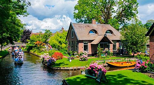 Ngồi thuyền khám phá làng Giethoorn là một trong những trải nghiệm hấp dẫn ở châu Âu. Ảnh: Tugo.
