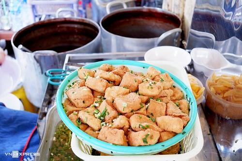 Đậu rán giòn ướp mắm hành là điểm đặc trưng của món ăn.