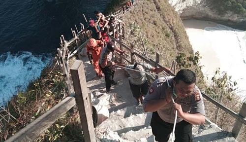 Khoảng 20 người, gồm cả cư dân địa phương, tham gia di dời thi thể nạn nhân. Ảnh:Nusa Bali.