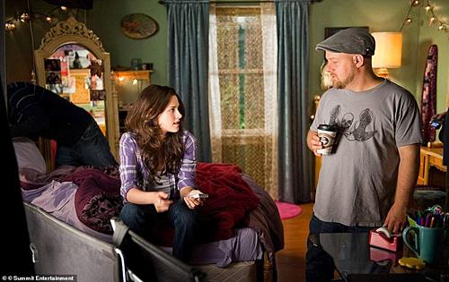 Nhân vật Bella trong phim do nữ diễn viên Kristen Stewart thủ vai đang ngồi trong ngôi nhà cho thuê trên Airbnb. Ảnh: SE.