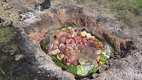 Trải qua hàng nghìn năm người Maori ở New Zealand vẫn giữ truyền thống nầu nướng bằng lò đất của mình.