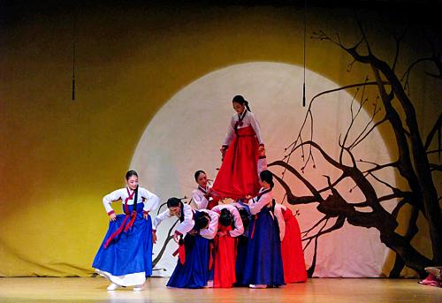 Điệu múa cầu mùa màng tươi tốtganggangsullae của các cô gái trong lễ Chuseok của Hàn Quốc. Ảnh: mjohnexmsft/Flickr.