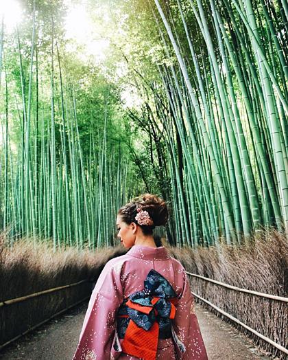 Du khách đến đây cũng có thể thuê một bộ đồ Kimono truyền thống và chụp trong rừng tre. Mức giá để thuê một bộ kimono là 300 yên (khoảng 640.000 đồng), dịch vụ làm tóc đi kèm sẽ tốn thêm khoảng 200 yên. Ảnh: Tara Milktea.
