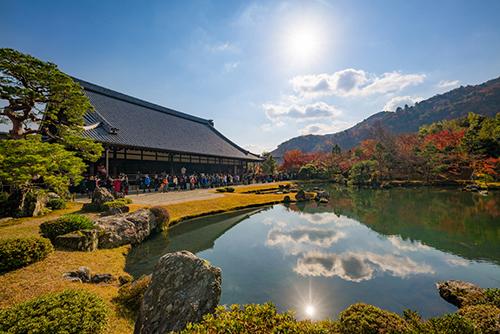 Đền Tenryu-ji ở bên ngoài lối vào rừng Tre là di sản Thế giới được UNESCO công nhận và là một trong năm ngôi đền lớn của Kyoto. Đền Tenryu-ji được xây dựng gần rặng tre do người Nhật cho rằng cây tre có thể xua đuổi tà ác, cây tre cũng là biểu tượng của sức mạnh. Ảnh: Travel Caffein.
