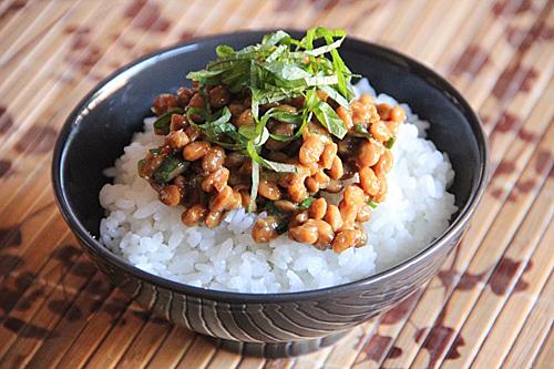 Người Nhật thường ăn Natto cùng với cơm trắng. Ảnh: Japanesecooking101.