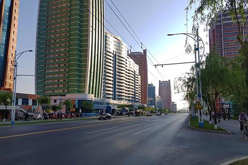 Con đường ở trung tâm thủ đô Bình Nhưỡng. Ảnh: Minh Vũ.