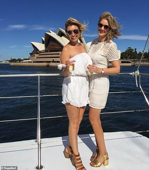 Natalie (phải) hiệnlàm cho một hãng bảo hiểm du lịch. Trong ảnh, cô đang tận hưởngchuyến du lịch đến Australia. Ảnh: Sun.