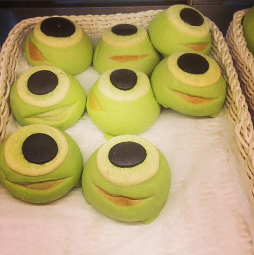 Bánh Melon Bread lấy ýtưởngtừ những nhân vật đáng yêu từ phim hoạt hình Monsters Inc., Mike Wazowski và là món bánh mì ngọt yêu thích của Nhật Bản.Melon Bread được bán tại quán cà phê Sweet ở khu vực World Bazaar.Ảnh: Lepacorama.