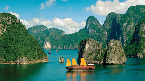 Theo Sở Du lịch tỉnh, ước tính cả năm 2018, Quảng Ninh đón 12,2 triệu lượt khách du lịch, tăng 24% so với năm 2017, trong đó khách quốc tế đến từ 150 quốc gia, vùng lãnh thổ là 5,22 triệu lượt người. Tổng thu từ khách du lịch đạt 23.600 tỷ đồng, tăng 32%. Ảnh: Luxury Escapes.