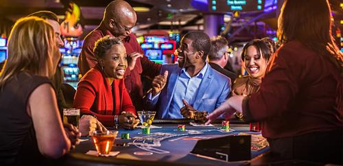 Ccasino còn phục vụ nhiều đồ uống có cồn miễn phí, thậm chí phòng khách sạn miễn phí với người thắng lớn, từ đó khiến người chơi bạo tay vung tiền hơn. Ảnh:Pinterest.