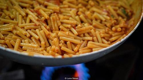 Nhắc đến Gragnano với người Italy, chắc chắn họ sẽ nói với bạn về món pasta đầu tiên. Ảnh: BBC.