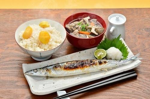 Món cá thu đao ăn kèm cơm trắng và canh ở Nhật Bản.