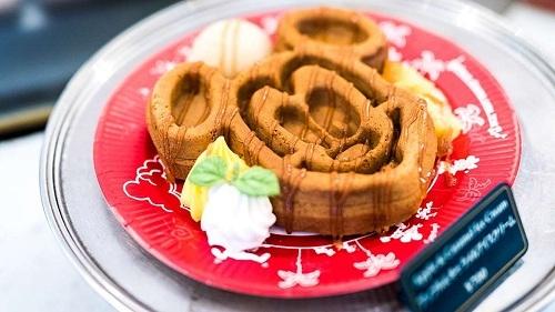 Bánh waffle Disney là một trong những đồ ngọt dễ thương và hấp dẫn nhất tại công viên giải trí Tokyo. Bánh quế hình chuột Mickey cónhiều loại toppings như nước sốt phong, sốt chocolate, kem vani. Món này được bán ở quán Great American Waffle Company tại khu vực World Bazaar. Ảnh: Disneyland Tokyo.