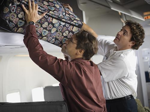 Hành lý trong khoang chứa đồ xách tay là nơi tội phạm dễ tiếp cận nhất. Ảnh: Jupiter Images.