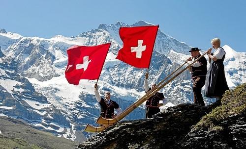 Ban đầu, kèn sừng Alphorn được dùng để gọi gia súc trên dãy núi Alps. Ảnh: Embassy of Switzerland.
