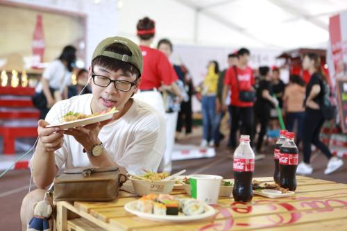 Cùng với sự phát triển của dòng nhạc EDM, tham gia đại nhạc hội tại sân khấu lớn ngoài trời hay trong quán xá là hoạt động giới trẻ Việt. Bên cạnh đó, người trẻ cũng thích thú với các lễ hội ẩm thực đặc sắc.
