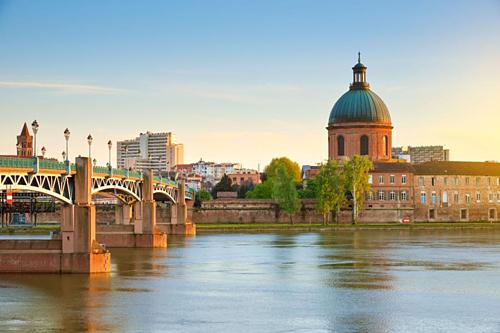 Toulouse vẫn còn lưu giữ được nhiều tòa nhà được xây bằng gạch La Mã, có từ hàng trăm năm trước. Ảnh: VOF.