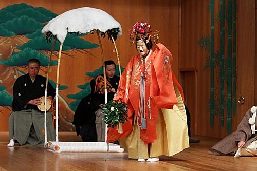 Rừng thông Miho no Matsubara là nơi trình diễn vở kịchNoh nổi tiếng.Kịch Noh được UNESCO công nhận là di sản văn hóa vào năm 2008. Đâylàthể loại quan trọng trong nghệ thuật kịch truyền thống Nhật Bản, được biểu diễn từ thế kỷ XIV, bắt nguồn từ nghi lễ của đạo Shinto (Thần đạo) do nhà soạn kịch thiên tài Kannami (1333 - 1384) và con trai ông là Zeami (1363 - 1443) sáng lập.Khu rừng Miho no Matsubaratrảidài 7 km dọc bờ biển với hơn 30 nghìn cây thông vàđược công nhận là di sản thế giới cùng núi Phú Sĩ vào năm 2013. Ảnh: Matcha JP.