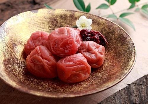 Mận muối món ăn thần kỳ với người già tại Nhật Bản. Ảnh: The Independants
