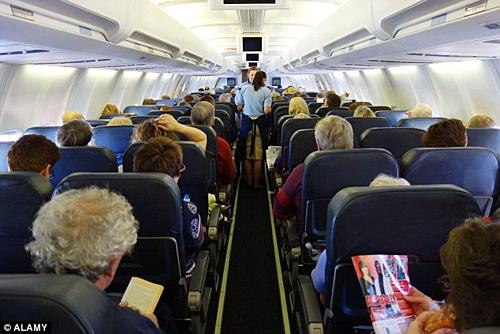 Trên máy bay, hành khách cần tuân thủ yêu cầu và chỉ dẫn của tiếp viên hàng không để đảm bảo an toàn. Ảnh:Alamy.