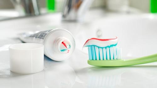 Chỉ lược bớt kem đánh răng và bàn chải khỏi danh sách đồ dùng phòng tắm, khách sạn có thể tiết kiệm được một khoản tiền lớn. Ảnh:Dulezidar.