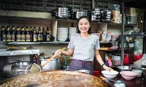 Quán bình dân 45 năm bán một món vẫn đắt khách ở Bangkok