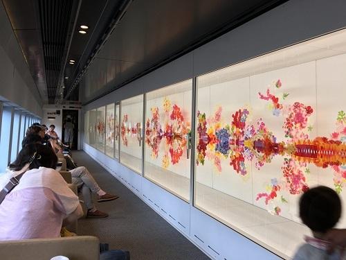 Joyful Train là tên gọi của những chuyến tàu vui vẻ của Nhật Bản. Chúng có thiết kế và dịch vụ đặc biệt chỉ có thể tìm thấy ở xứ sở mặt trời mọc. Khi đến Nhật ngoài việc ghé thăm các điểm du lịch nổi tiếng thì trải nghiệm trên những chuyến tàu vui vẻ là việc không thể bỏ qua. Ảnh: Runway Girls.