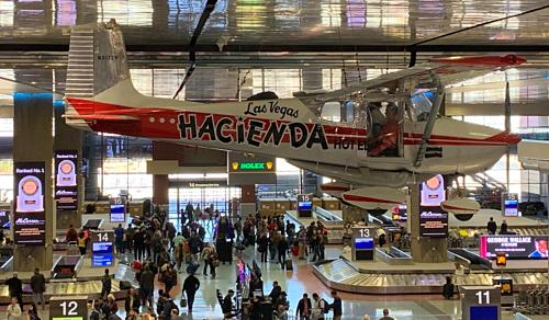 Chiếc Cessna 172 mang số hiệu N9172Btreo trên trần sân bay quốc tế McCarran, Las Vegas, bang Nevada, Mỹ. Ảnh: Twitter.