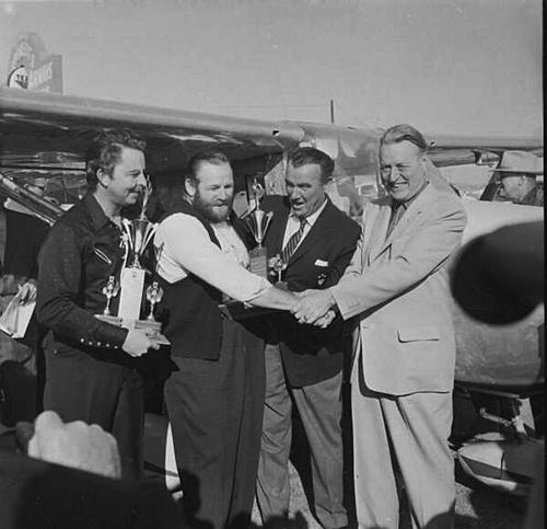 John Cook, Robert Timm, diễn viên Preston Foster và ông chủ Warren Doc Bayley ăn mừng kỷ lục mới. Ảnh: Clark County Department of Aviation.