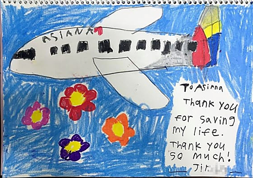 Bức tranh có lời nhắn: GửiAsiana. Cảm ơn vì đã cứu mạng cháu. Cảm ơnrất nhiều!. Ảnh:CNN.