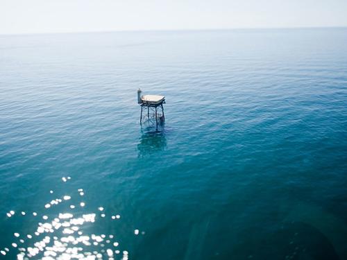 Toà tháp giữa mênh mông sóng nước của vùng Hurricane Alley, khu vực nhiều bão bậc nhất Đại Tây Dương. Đó là lý do nó được mệnh danh là một trong những khách sạn nguy hiểm nhất thế giới. Ảnh: Frying Pan Tower.