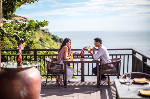 Nhà hàng Saffron trong khu biệt thự biển Banyan Tree Residences, có hướng nhìn thẳng ra biển.