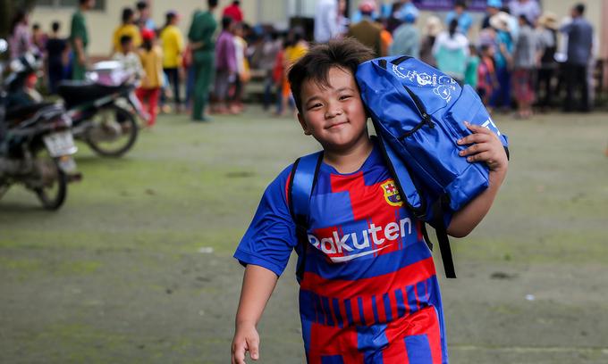 Học sinh vùng biên nhận quà từ Quỹ Hy Vọng