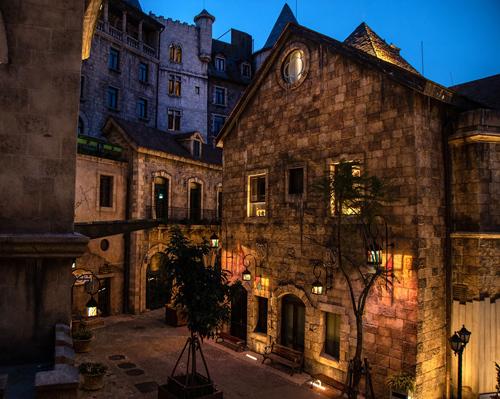 Những chiếc đèn lồng sẽ mang lại một bầu không khí đẹp, đặc biệt trong mọi cuộc vui chơi về đêm tại Làng Pháp. Ảnh: SR.
