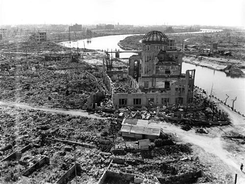 Hội trường xúc tiến công nghiệp ở tỉnh Hiroshima vẫn đứng yên trong ngày xảy ra vụ nổ. Hiện nơi nàygọi là Mái vòm Bom nguyên tử (Atomic Bomb Dome), cấu trúc này hiện đang là một đài tưởng niệm những người thiệt mạng trong vụ đánh bom. Ảnh:Quân đội Mỹ.