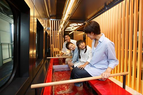Toreiyu Tsubasa (tuyến Shinjo - Fukushima) còn có các bồn ngâm chân bằng nước nóng trên tàu với chỗ ngồi và chiếu tatami hướng ra cửa sổ. Du khách có thể ngắm cảnh và thư giãn trong suốt chuyến đi. Ngoài ra khách trên tàu còn được phục vụ rượu vang, rượu sake và nước trái cây địa phương bán tại quầy bar. Ảnh: East Japan Railway Company.